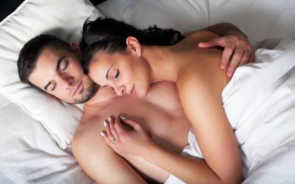 Парень с девушкой в постели фото