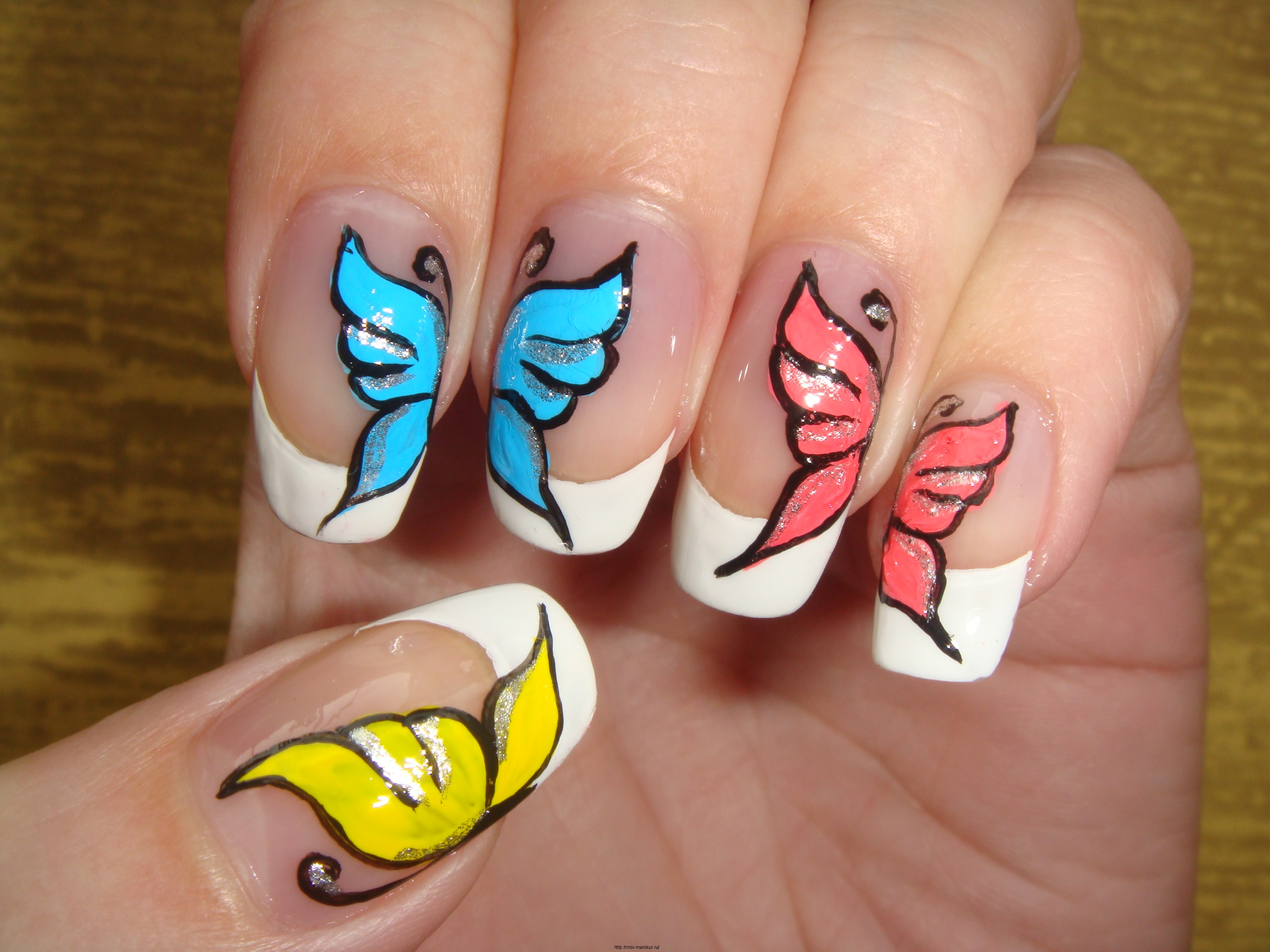 Половинка бабочки на ногтях