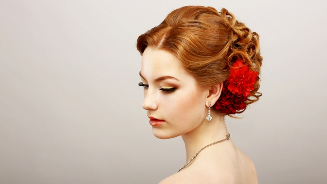 Фото прически с красными розами