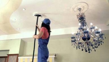 Чем отмыть натяжной потолок