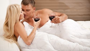 Алкоголь сексу не товарищ! Почему не стоит пить перед постелью
