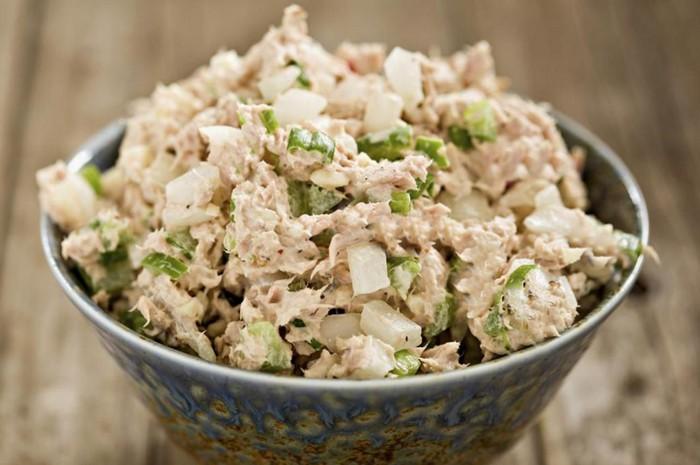Простой рецепт салата с рыбными консервами, яйцом и огурцом