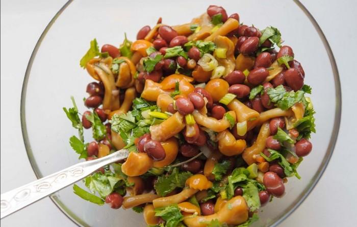 Салат с красной фасолью консервированной и грибами
