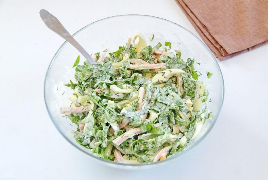 Салат с ветчиной, шпинатом и яйцами