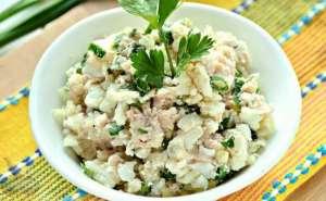 Салат с печенью трески, сыром, яйцами