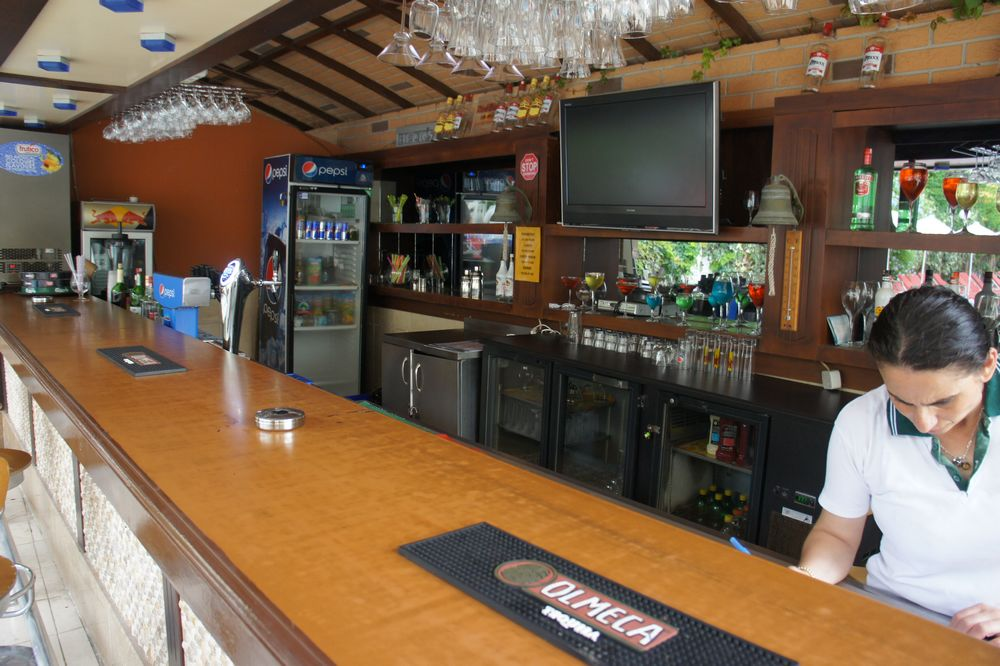 Рядом с бассейном находится еще один бар