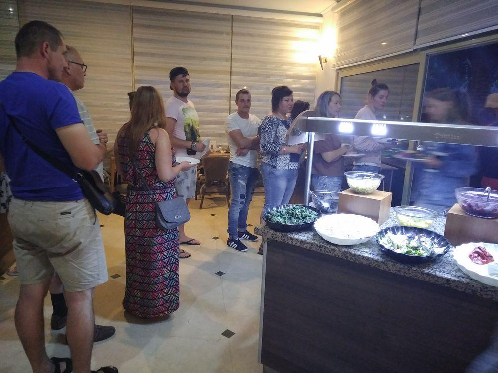 На ужин из туристов образуется довольно-таки большая очередь перед шашлычной