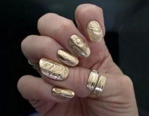 красивый золотой маникюр