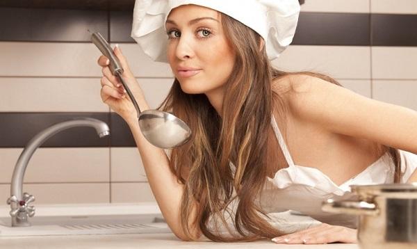 Эротическое селфи на кухне