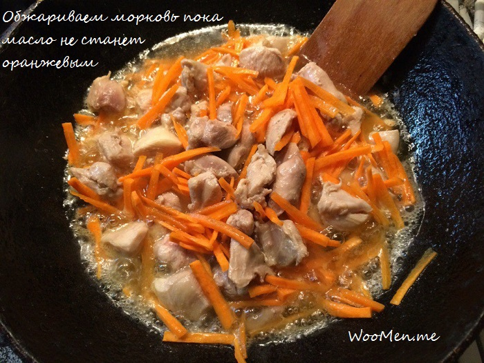 Курица с морковью на сковороде
